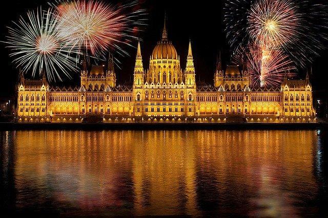 A koronavírus árnyékában: Csendes és sötét marad az ég augusztus 20-án a Duna felett
